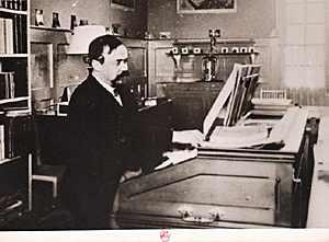 dukas - Paul Dukas Dukas_a_son_harmonium_dans_sa_maison_d_Eragny_sur_oise_1895